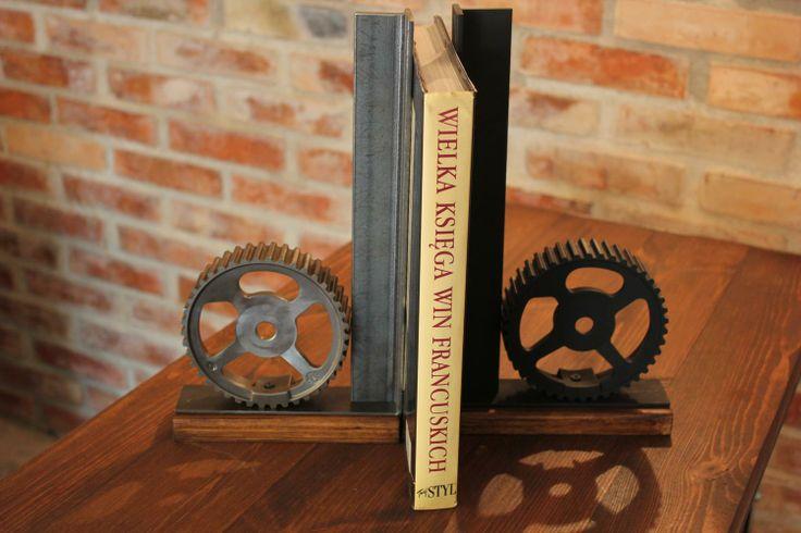 Podpórki do książek to oryginalny detal dekoracyjny jak i praktyczne uzupełnienie każdej biblioteczki.