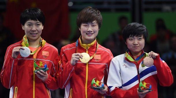 Ning Ding, Kina vann guldet i damernas bordtennis. Silver till landsmaninnan Xiaoxin Li och brons till Song I Kim, Nordkorea.