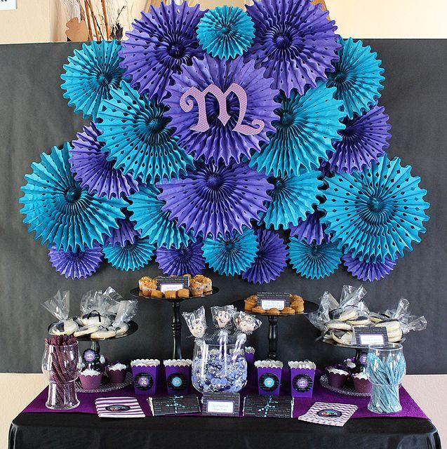 Utiliza rosetas de papel para decorar el fondo de mesa dulce, es sencillo y la hará lucir fabulosa. #DecoracionMesaDePostres