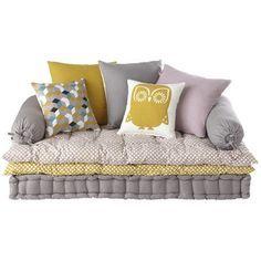 une banquette compos e d 39 un matelas capitonn de deux sur matelas et de coussins assortis pour. Black Bedroom Furniture Sets. Home Design Ideas