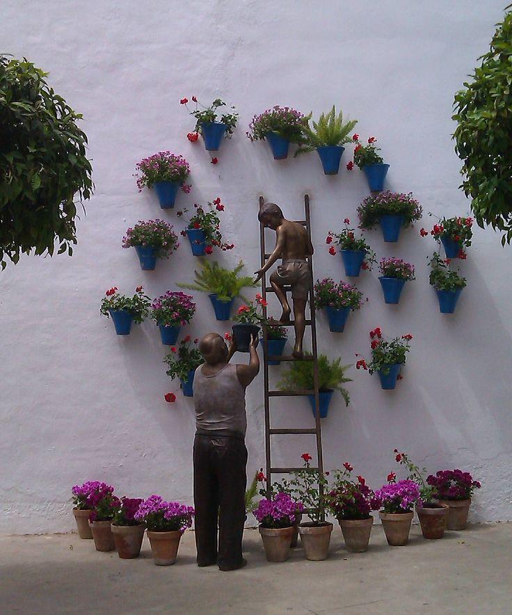 Segundo grupo escultórico en homenaje a los cuidadores de los patios, situado en la plaza Manuel Garrido Moreno, al final de la calle Martín de Roa.