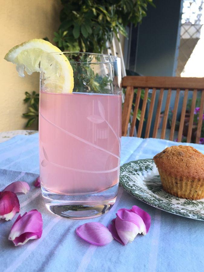 Λεμονάδα αρωματισμένη με ροδοπέταλα