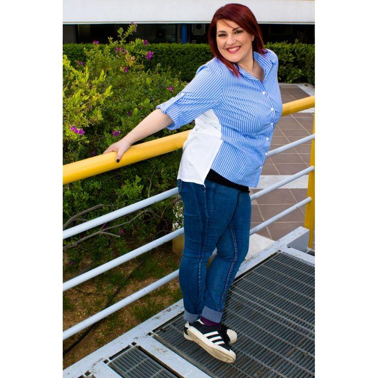 H Κατερίνα Ζαρίφη με #PlusSize πουκάμισο ριγέ, με λευκή πλάτη και δέσιμο στο πίσω μέρος και jean παντελόνι με σκισίματα.   | Για αγορά πατήστε πάνω στην εικόνα