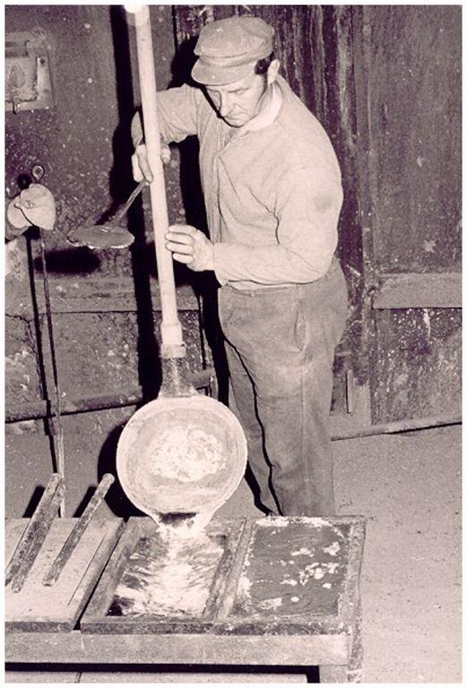 Het produktieproces van zink in de Kempensche Zink Maatschappij (KZM), Budelco: het gieten van vloeibare zink in een vorm door een zinkgieter J. Thijsen: Dit werd tot ongeveer 1973 in zinkfabriek uitgevoerd. Het zink werd met een trekker uit een retort in de gietpan getrokken - Auteur: niet vermeld