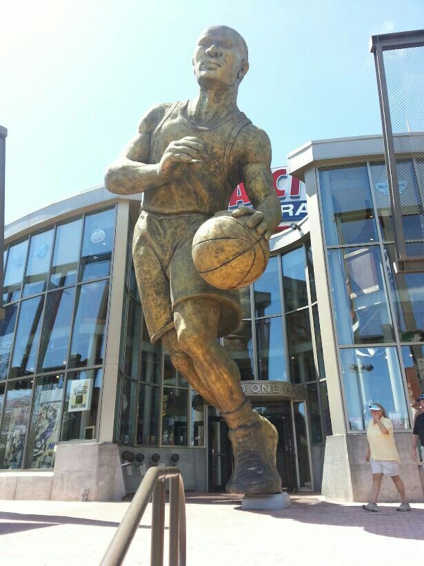 Biggest statue of a basketball NBA player I've ever seen ...