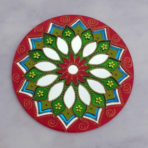 Mandala em espelho de 20 cm de diâmetro.  Pintura vitral, decorado com pedrinhas acrílicas e tinta relevo dourada.