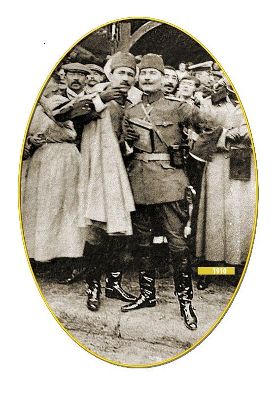 Kolağası (kıdemli yüzbaşı) Mustafa Kemal ve Ali Fethi Fransa'da düzenlenen Picardie Manevraları'nda, 1910