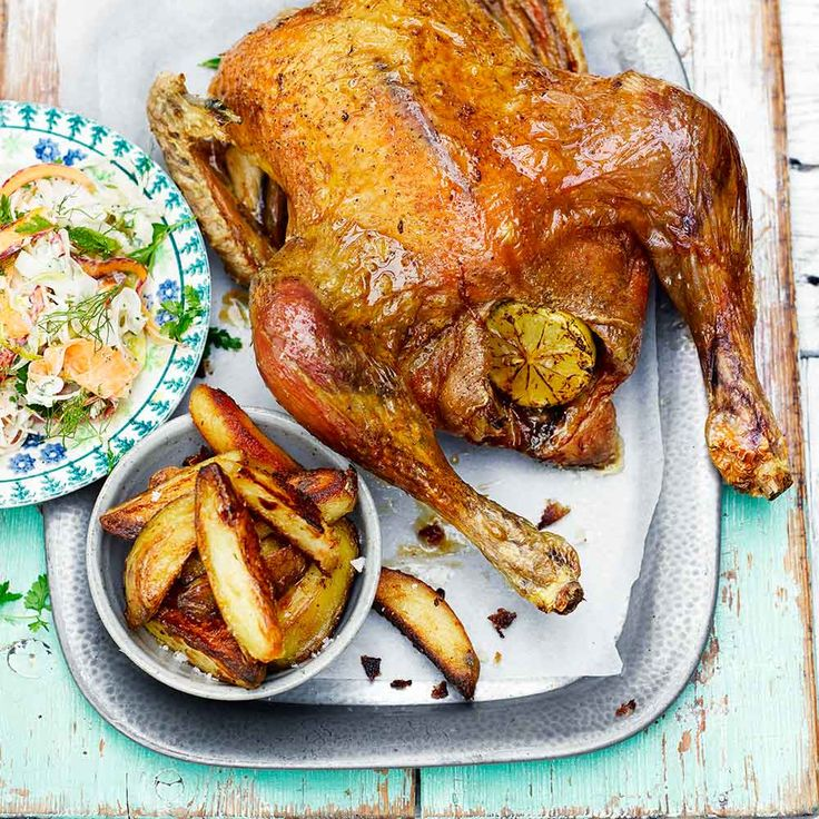 Kip, patat en appelmoes hebben van nature een driehoeksverhouding met elkaar. Met dit recept maak je de kip en frieten helemaal zelf en je serveert ze - uiteraard - met appelmoes. Smullen! Superkippen en biologische kippen hebben van nature...