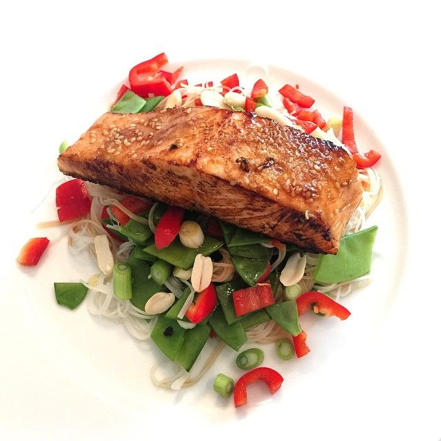 Hit like if you want to see the recipe for this honey glazed salmon with rice noodles & Peanuts Bosh that's #leanin15