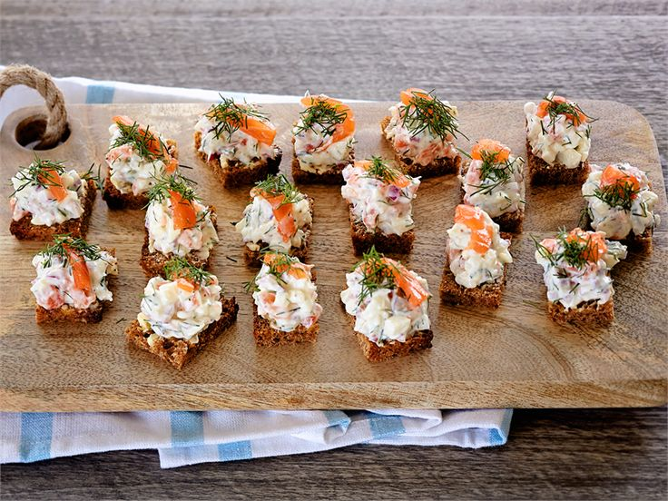Sitruunavoilla voidellut leivät tuovat oman raikkaan lisänsä Graavilohi-tartarleipien makukimaraan. http://www.valio.fi/reseptit/graavilohi-tartarleivat/ #resepti #valio
