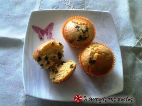 Αφράτα muffins βανίλια με κομματάκια σοκολάτας