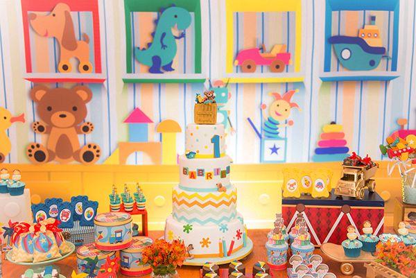festa brinquedos clássicos para crianças em tons de rosa, verde, azul e amarelo.