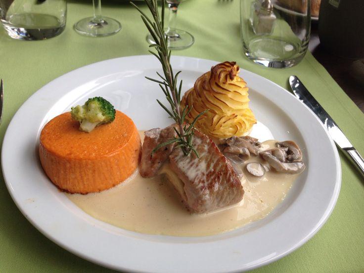 viande grillée accompagnée d'une pomme dauphine, et d'un flan carottes potiron - Lycée Paul Augier, Nice