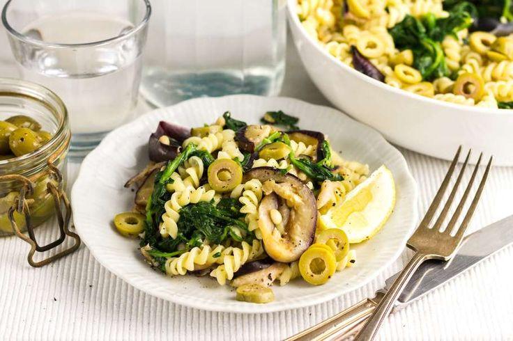 Zomerse pasta met gegrilde aubergine en verse spinazie