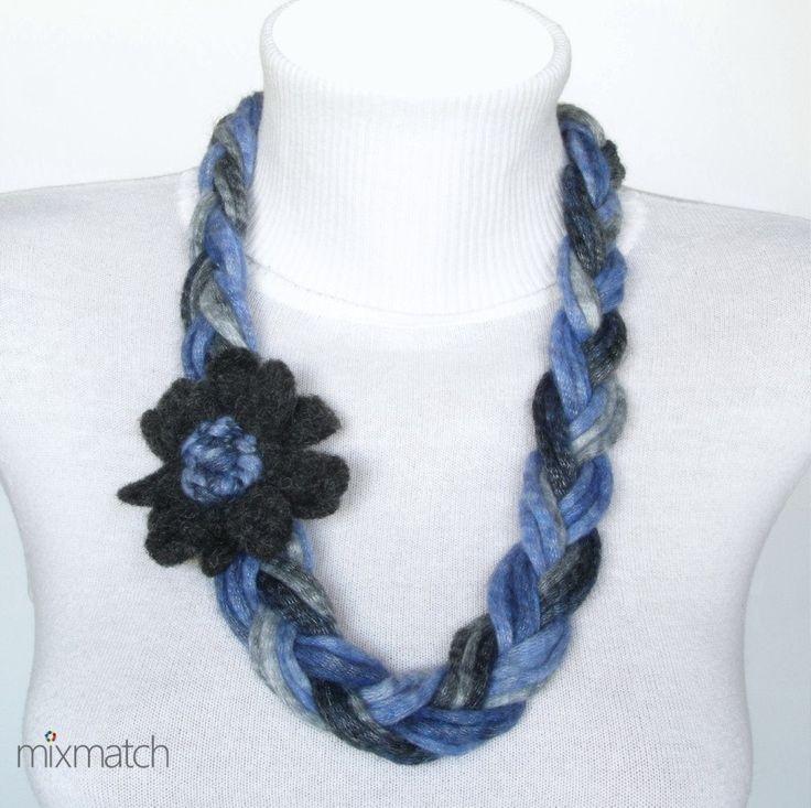 Κολιέ πλεξούδα από ακρυλικό νήμα σε μπλε και γκρι αποχρώσεις με μάλλινο λουλούδι.
