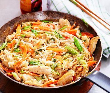 En favorit för alla som gillar thaimat! Den tid som går åt att hacka grönsaker tar du snabbt igen i stekpannan – hett och snabbt ska det stekas. Äggblandningen i de nykokta nudlarna stelnar. Allt som allt, en underbar rätt som är enkel att göra själv.