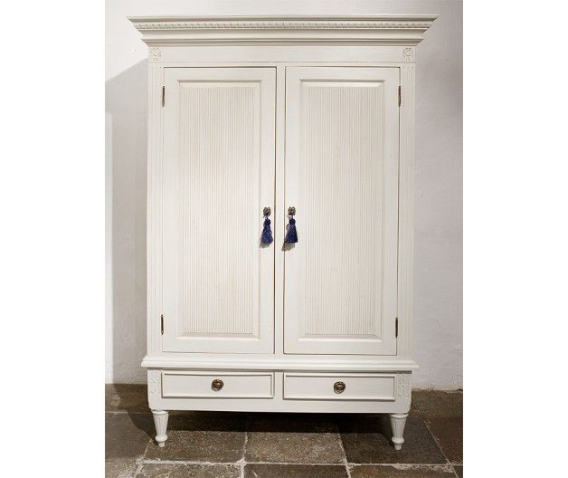 Wardrobe in Gustavian style (item no: 1308). Visit our homepage for more information and to view all your finish & fabric options. /SWSC