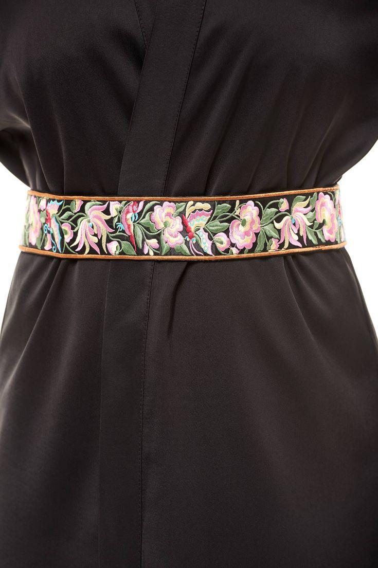 Curea StarShinerS Brodat Traditional Black. Curea cu model floral in relief care se prinde la spate cu snur. Este un model de curea care se…