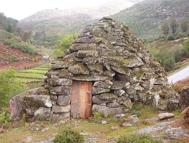Abrigo de pastor na serra do Soajo. Há já muitos anos que perderam a sua função original. Persistem no entanto, majestosos e enigmáticos, nas terras altas. PORTUGAL