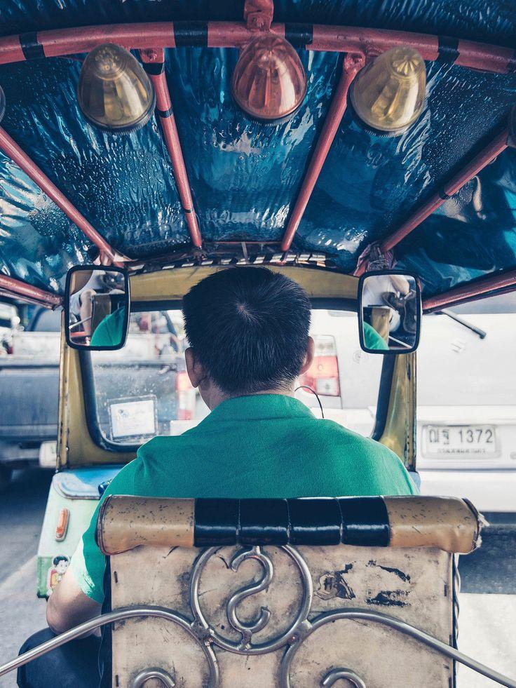 TukTuk in Asia bestuurd door man in groene outfit. Wie stapt er in en gaat mee op reis?