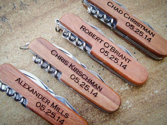 Custom design votre propre couteau de poche bois pour toutes les occasions... Le cadeau parfait pour votre bridal party, fête des pères, bas de Noël, pendaison de crémaillère, ou juste parce que cest agréable de recevoir un article personnalisé. Gravure laser marques le bois un brun chocolat riche.  {FICHE} • Bois naturel, ton bois et le grain varie • 3,5 pouces, 8-in-1 multi-outil (ciseaux, fichier, couteau, Philips et plate Tournevis, tire-bouchon, décapsuleur, ouvre-boîte) • Gravure…