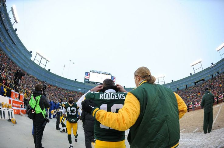 Clay Matthews With An Arm Around Fellow Player And Friend Aaron Rodgers Clay Matthews Green Bay Packers Matthews