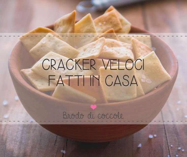 Sfiziosi e saporiti bastano 4 ingredienti sani e genuini per preparare in casa questi cracker veloci fatti in casa, da mangiare ancora caldi e croccanti.