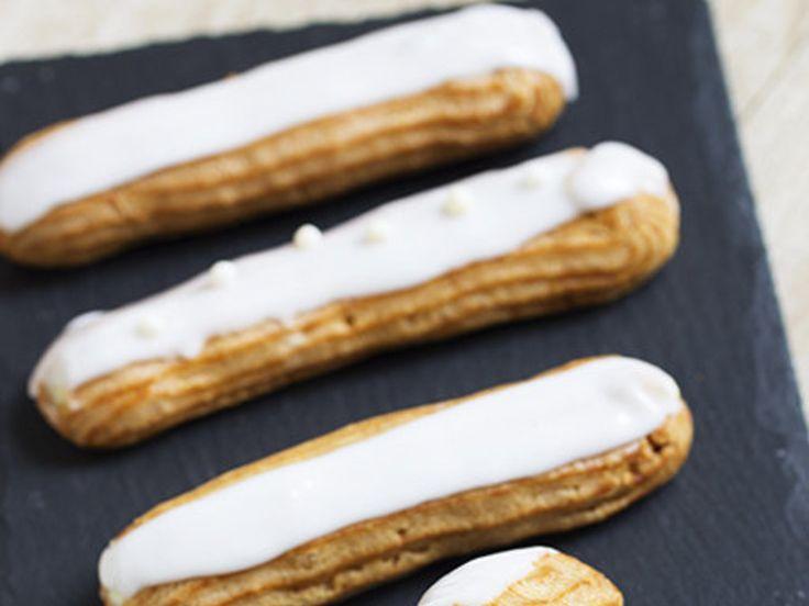 Захватила меня эклеромания. Сегодня самые простые, но безумно вкусные - ванильные эклеры. Для меня теперь эти пирожные самые вкусные (я на них променяю любой торт и пирожное), правда, опасные жуть (мож