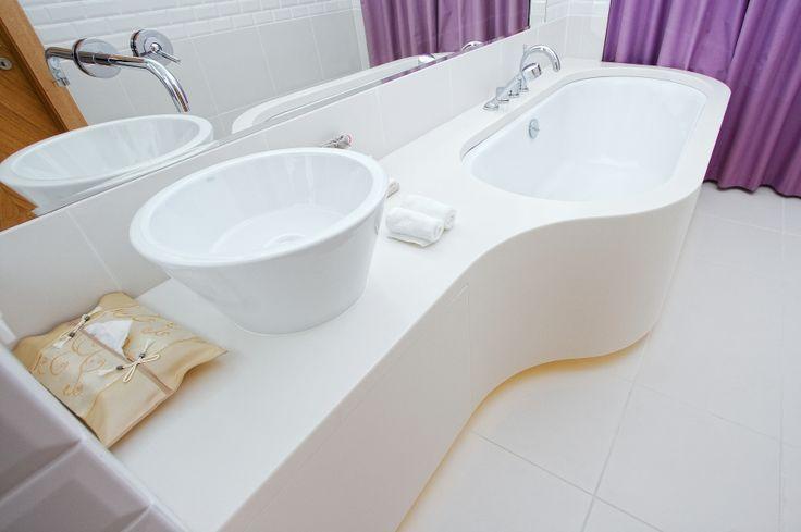 Монолитная столешница из акрила, он же искусственный камень. Дизайн ванны и раковины выполнен в одном стиле что подчеркивает стиль и ванная комната индивидуальна.