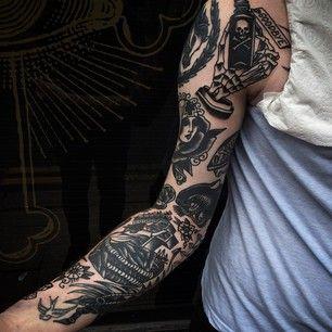 Une manche composée de différents tatouages. | 49 idées sublimes de tatouages noir et gris