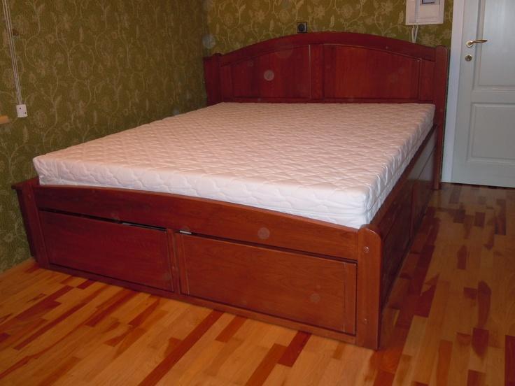 Egyedi kivitelezésű felnőtt ágy fiókos ágyneműtartóval