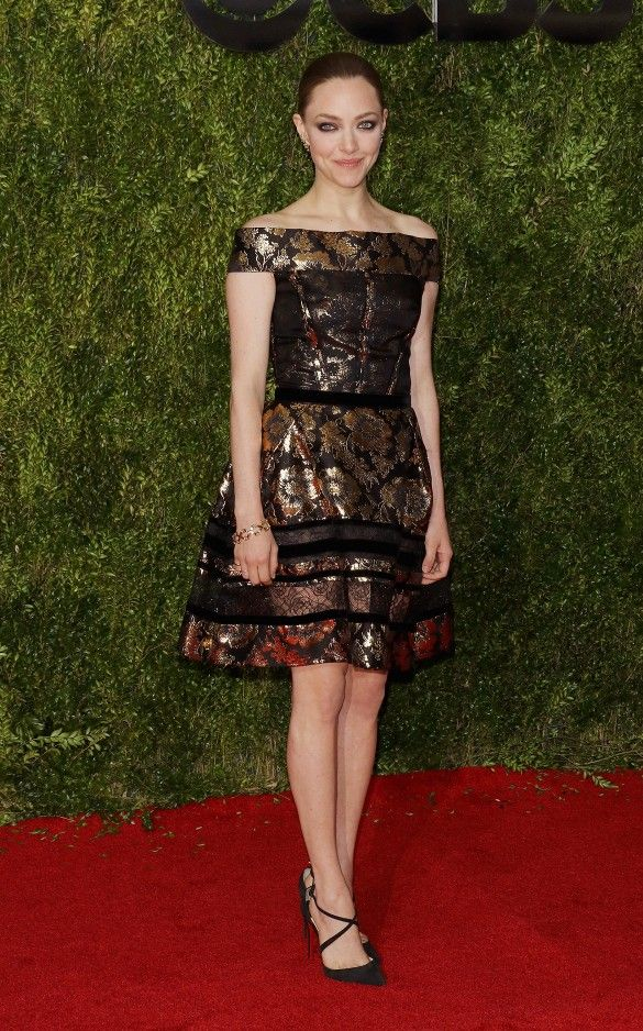 Amanda Seyfried in a metallic Oscar de la Renta dress, Tiffany & Co. jewelry, and Christian Louboutin strappy heels