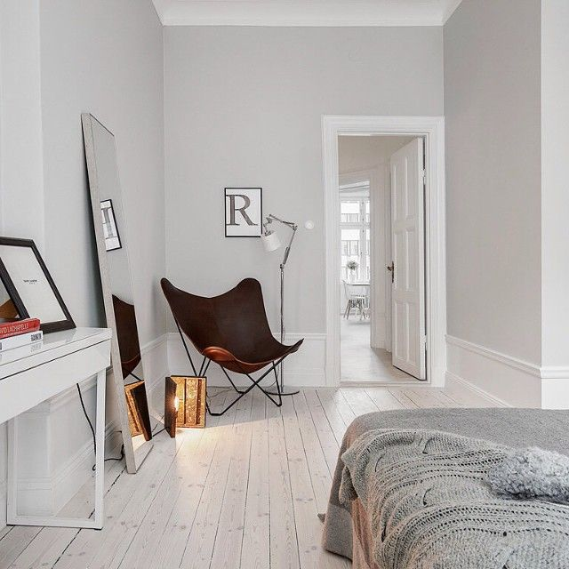 Lampa @bockobrille poster ovan fåtölj @desenio #home #homedecor #decor #interior #interiordesign #eames #designclassic #ikea #boconcept #svenskttenn #svartochvitt #matplats #betong #betongbord #marble #marmor #hay #stockholm #brass #mässing #inredning #interiör #heminteriör #stockholm #sweden #design #desenio #blackandwhite #kronfoto #Padgram