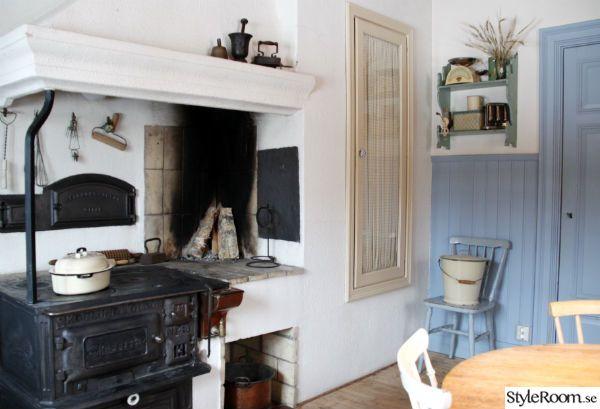 Ett underbart gammalt lantkök. Vedspis med varmvattenberedaren i koppar bredvid. En riktig bakugn och dessutom en öppen eldhärd. Skåpet vid sidan av går inte av för hackor det heller. <3