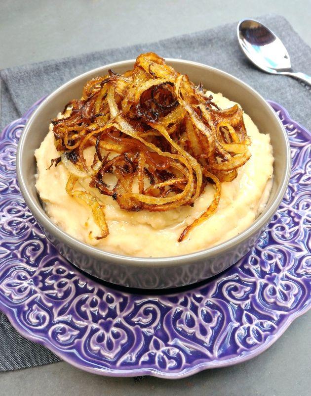 Purê de feijão branco com cebola dourada