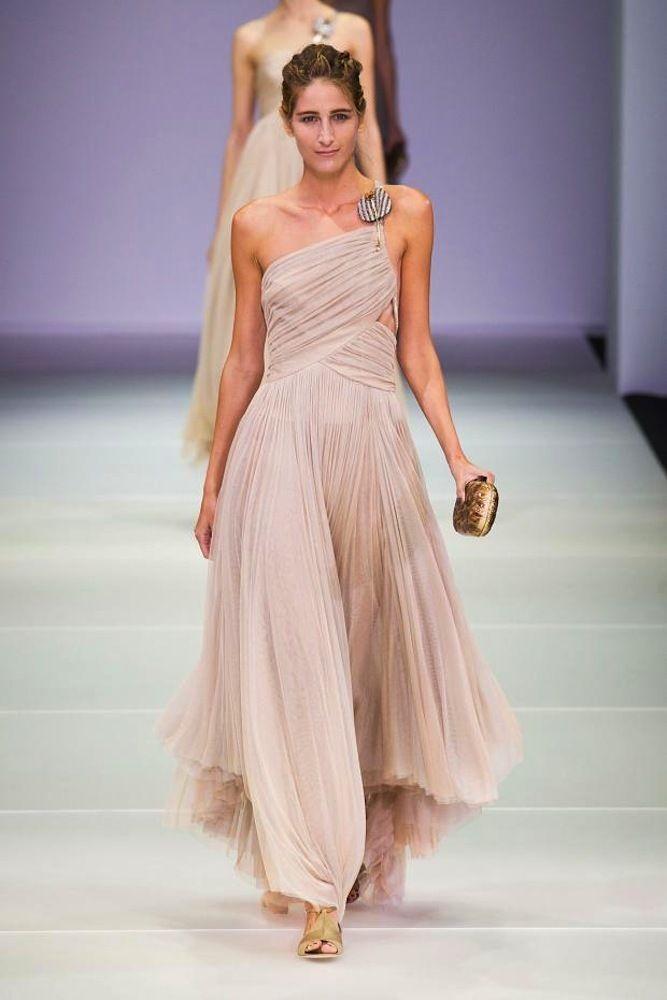 Vestidos de pasarela para novias no convencionales. Giorgio Armani. Vestido con escote asimétrico y capas de tul plisado.