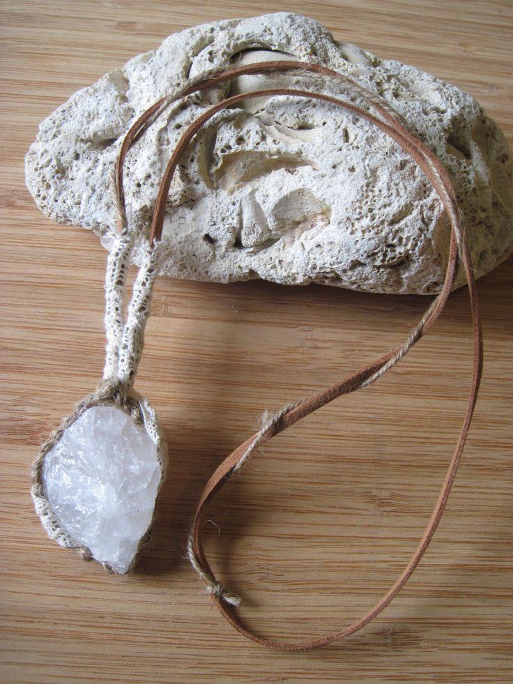Collana BOHO macramè con quarzo latte grezzo - collana pizzo - spago - cristallo - pietra grezza - gioielli hippie boho-chic gipsy di Loonharija su Etsy