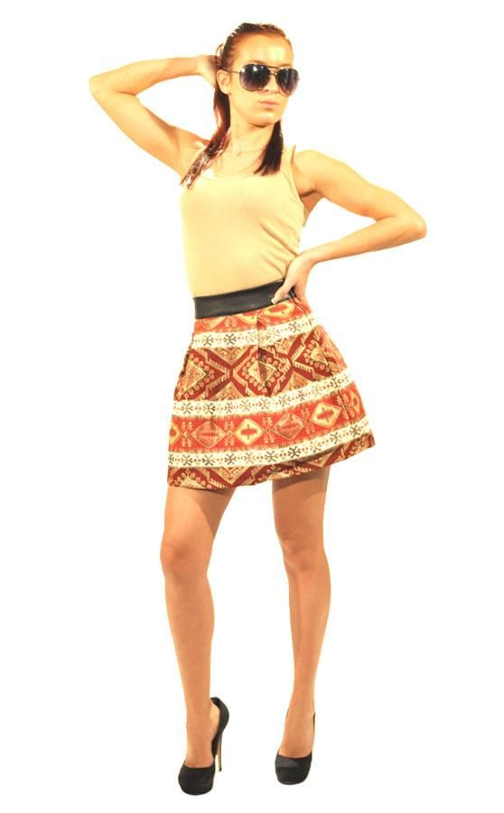 Fusta Dama Maramu Print  -Fusta dama scurta  -Taietura moderna  -Imprimeu traditional  -Detaliu talie inalta din latex     Lungime: 40cm  Latime talie: 28cm  Compozitie: 70%Poliester, 30%Vascoza