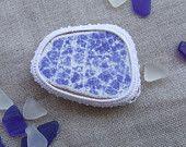Magnete azzurro, decorativo, realizzato con frammento di ceramica spiaggiata, vintage.