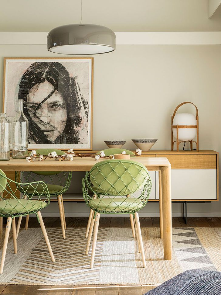 scaune verzi si masa din lemn de stejar