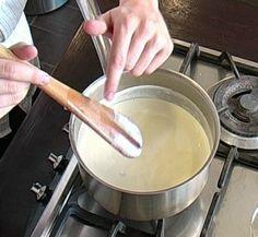 Recette crème anglaise par La : Impossible de rater votre crème anglaise avec cette recette. A voir aussi en vidéo..Ingrédients : sucre, vanille, oeuf, lait, jaune d'oeufs