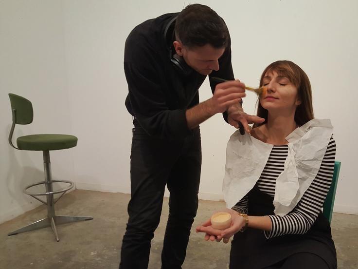 Iulian Paraschiv maquillando a Jolanthe durante la sesión de retrato.
