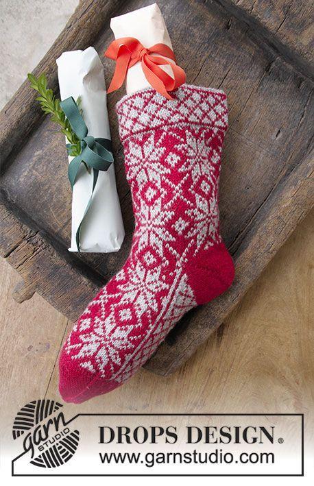 Strikket julestrømpe med flerfarget norsk mønster til jul. Arbeidet er strikket i DROPS Karisma