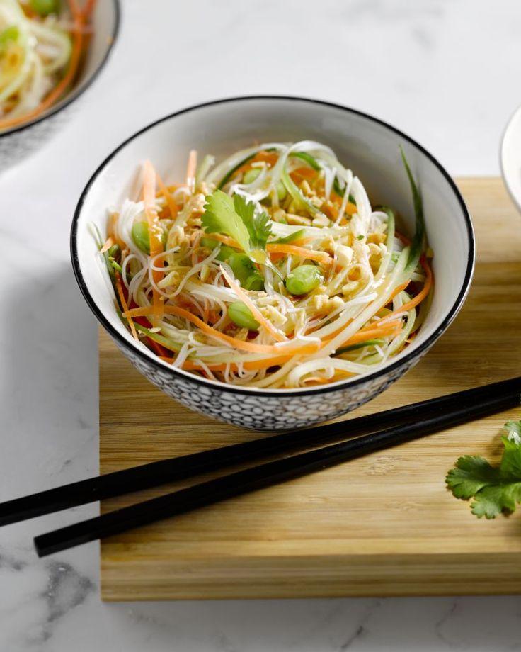 Deze heerlijke Oosterse salade met glasnoedels en groentjes is makkelijk en snel te bereiden. De vinaigrette van miso geeft het een lekkere, extra twist.