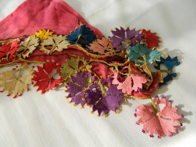 looks like pencil scraps (if that is the correct word..) but is in fact crochet work, lovely!