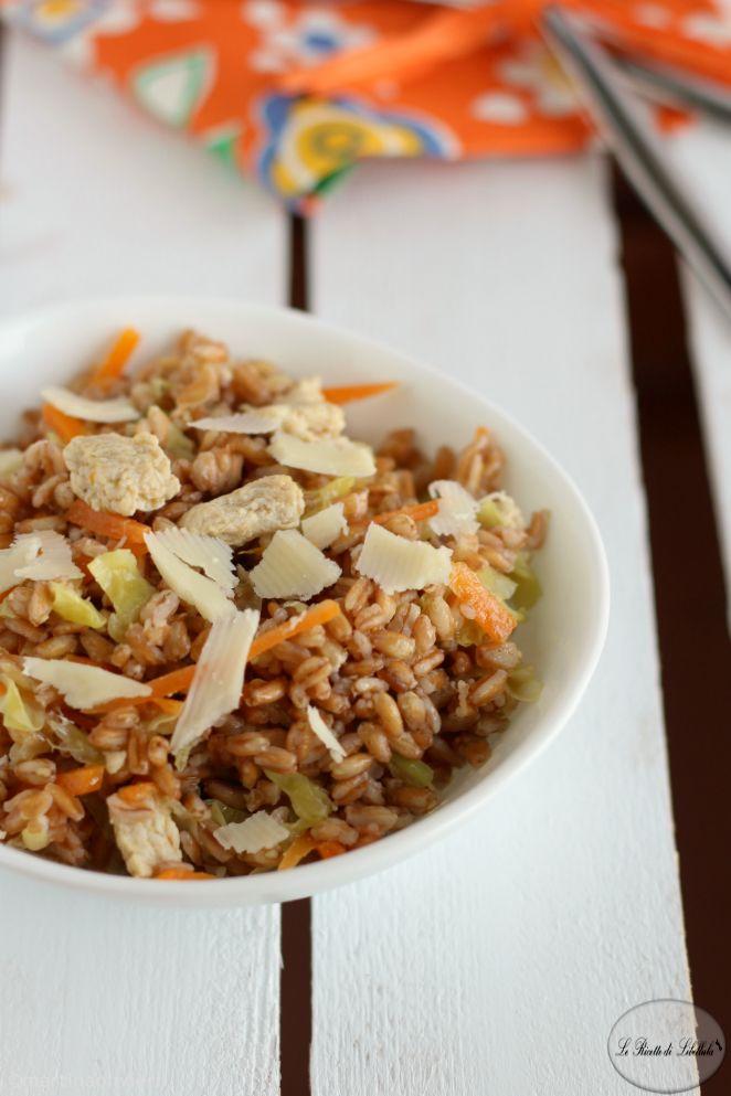 Insalata di farro con pollo e verdure
