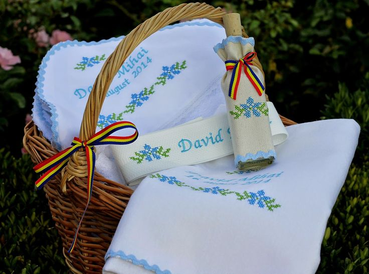 Trusou botez personalizat si prosoape botez,lumanari botez personalizate, lenjerii de pat brodate: Trusou botez baieti motive traditionale romanesti