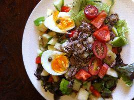 Hier vind je een heerlijk recept voor een snelle salade met vis uit blik. Fijn voor een snelle, gezonde lunch! Voedselzandloper-proof.