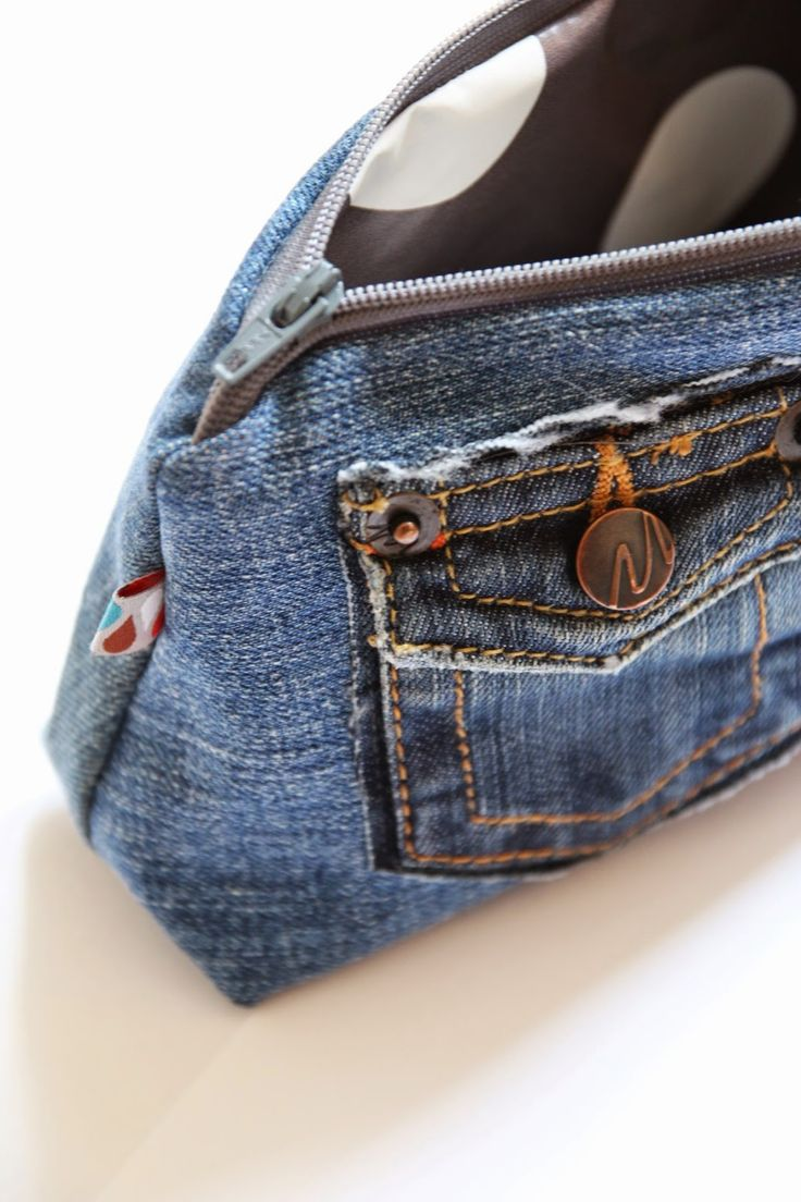 Täschchen aus alter Jeans und Wachstuchrest / Zippered pouch made from old pair of jeans plus leftover piece of waxed cotton / Upcycling