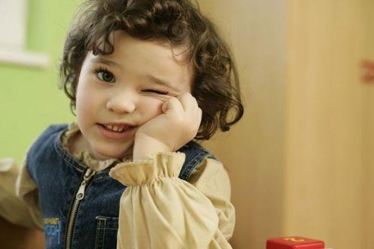 Czasem zdrowe, bystre dzieci zachowują się trochę dziwnie: chcą ubierać koszulki wyłącznie na lewą stronę, unikają balonów albo potykają się o własne nogi. Sprawdź dlaczego i co ma do tego integracja sensoryczna